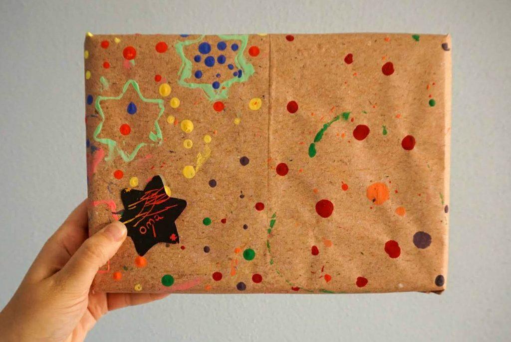 kerstactiviteit: inpakpapier maken met je dreumes of baby
