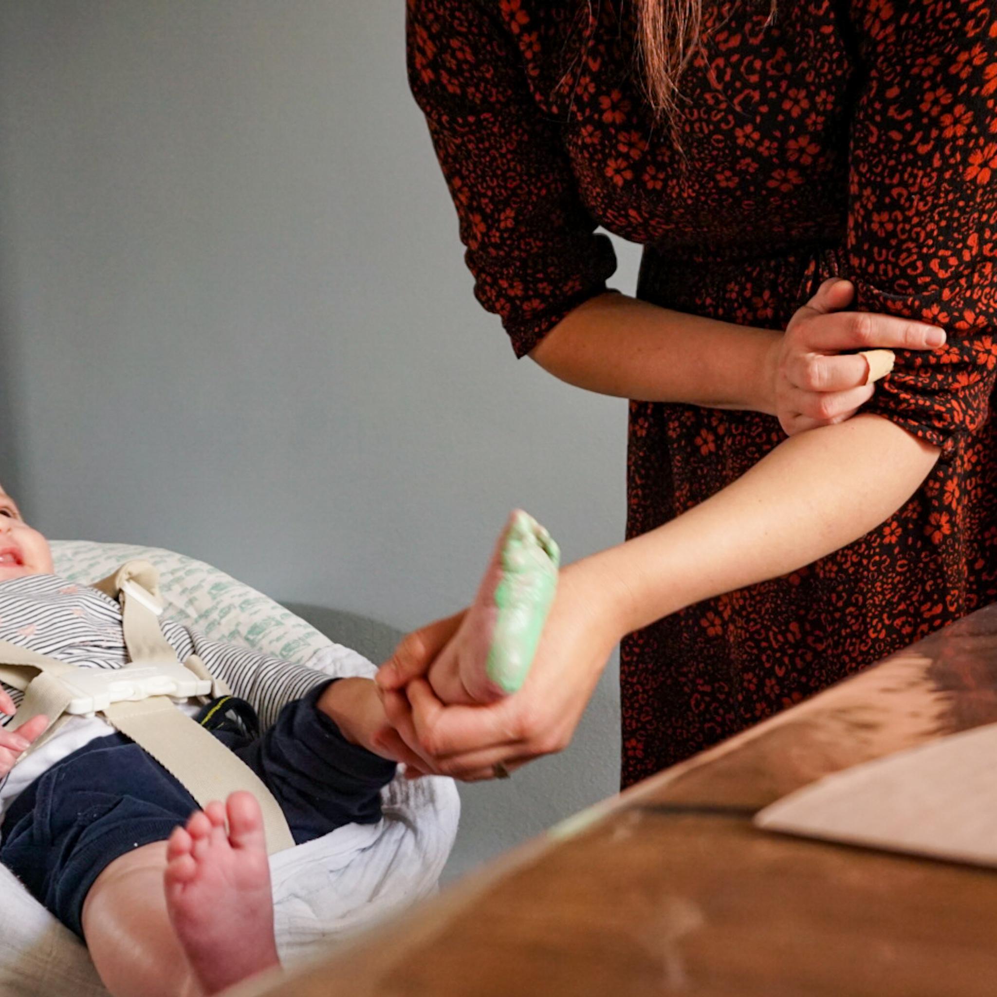 kerstactiviteit inpakpapier maken met je baby of dreumes